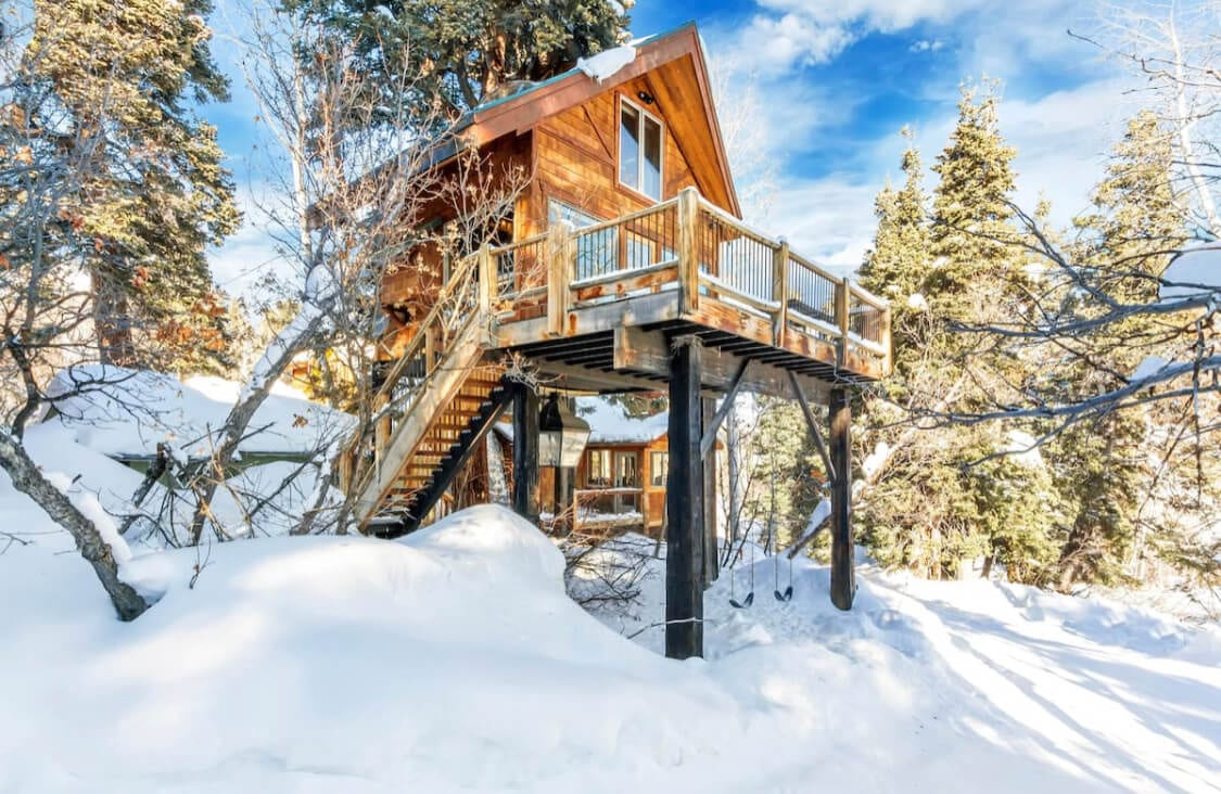 Snowy escape in a treehouse a Utah Airbnb